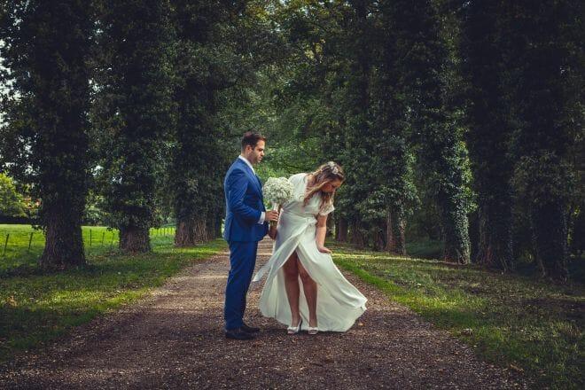 Bruisdpaar in bos bij Ewijk gemaakt door De bruidsfotograaf uit Den Bosch ('s-Hertogenbosch) en omgeving.