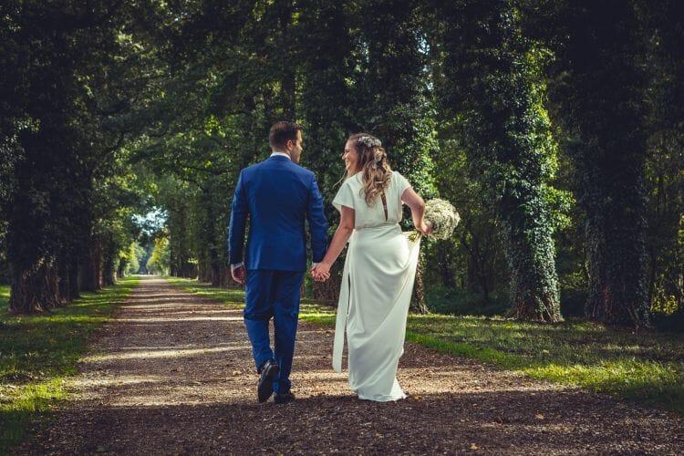 Bruidspaar in bos bij Ewijk gemaakt door De bruidsfotograaf uit Den Bosch ('s-Hertogenbosch) en omgeving.