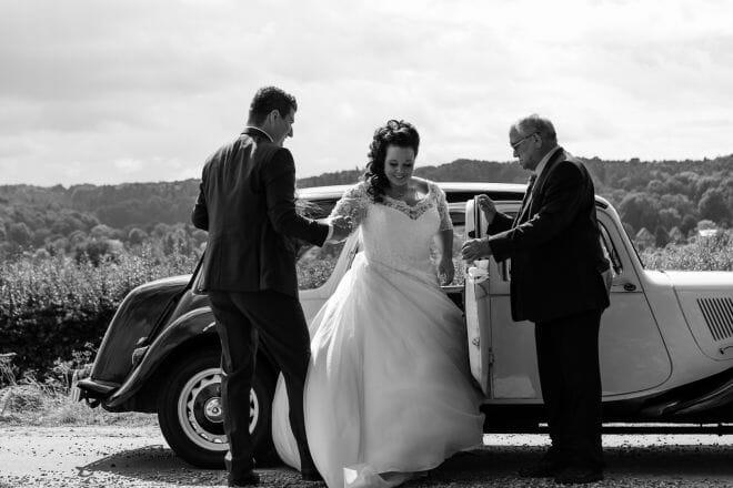 Bruidspaar stapt uit de trouwauto gemaakt door de beste bruidsfotograaf uit Den Bosch ('s-Hertogenbosch) en omgeving.