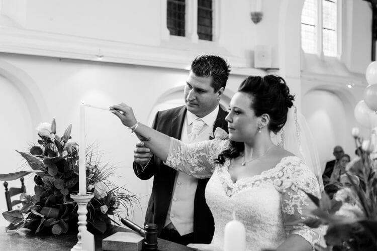 Trouwreportage Bas en Marinde steken samen een kaars aan gemaakt door de beste bruidsfotograaf uit Den Bosch ('s-Hertogenbosch) en omgeving.