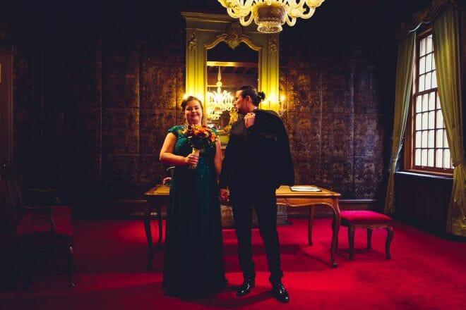 Bruidspaar in Stadhuis van Den Bosch gemaakt door de beste bruidsfotograaf uit Den Bosch ('s-Hertogenbosch) en omgeving.