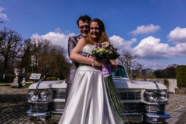 Bruidspaar voor een Cadillac coupe de ville 1959 gemaakt door de beste bruidsfotograaf uit Den Bosch ('s-Hertogenbosch) en omgeving.