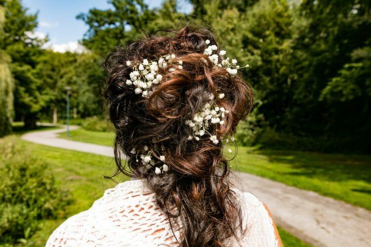De bruid Judith in park gemaakt door De trouwfotograaf uit Den Bosch ('s-Hertogenbosch) en omgeving.