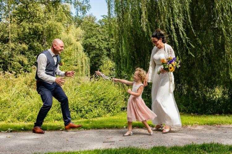 Judith en Sebastiaan met dochter in park gemaakt door De trouwfotograaf uit Den Bosch ('s-Hertogenbosch) en omgeving.