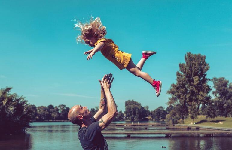 Twan Thijssen met dochter bij Prins Hendrikpark in Den Bosch gemaakt door De portretfotograaf uit Den Bosch ('s-Hertogenbosch) en omgeving.