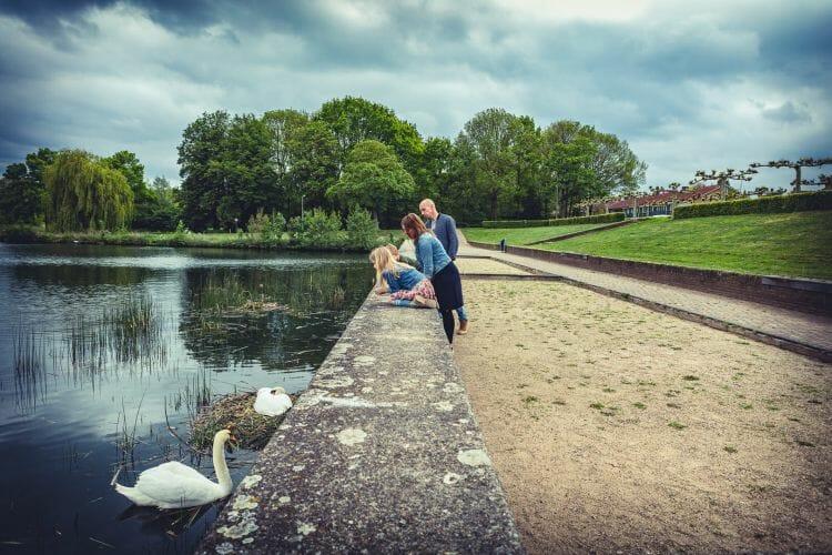 Gezin kijkende naar een familie zwanen gemaakt door De familielfotograaf uit Den Bosch ('s-Hertogenbosch) en omgeving.