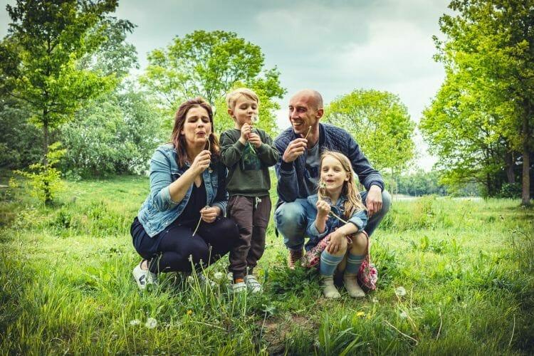 gezin samen op een rij gemaakt door De familie fotograaf uit Den Bosch ('s-Hertogenbosch) en omgeving.