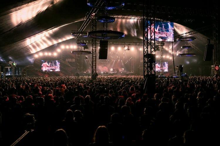 Volle feesttent op festival Paaspop gemaakt door De Festivalfotograaf uit Den Bosch ('s-Hertogenbosch) en omgeving.