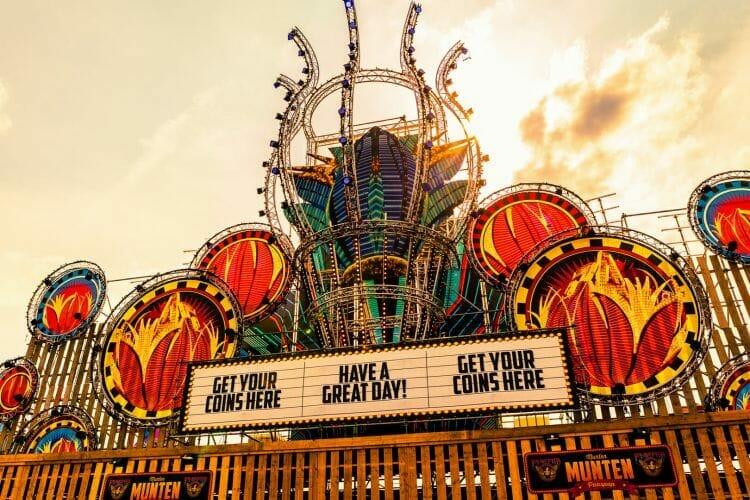 facade tent met veel kleuren op festival Paaspop gemaakt door De Festivalfotograaf uit Den Bosch ('s-Hertogenbosch) en omgeving.