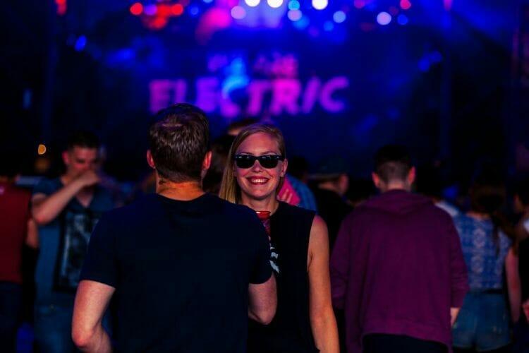 Festivalgangers op Festival We Are Electric 2015 binnen met lachend meisje met zonnebril gemaakt door Fotodennis.com