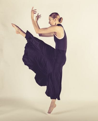 Ballerina met 1 been omhoog gemaakt door de beste fotograaf uit Den Bosch ('s-Hertogenbosch) en omgeving