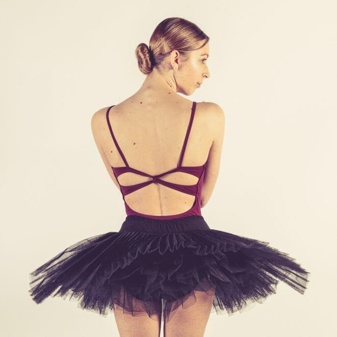 Ballerina zwarte tutu met blote rug gemaakt door de beste fotograaf uit Den Bosch ('s-Hertogenbosch) en omgeving