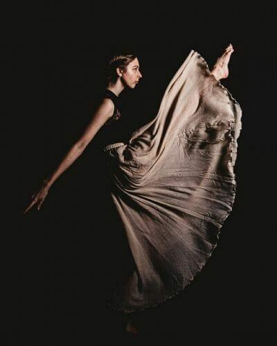 Ballerina met beige rok gemaakt door de beste fotograaf uit Den Bosch ('s-Hertogenbosch) en omgeving