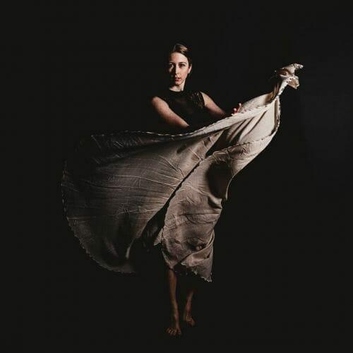 Ballerina in beige rok gemaakt door de beste fotograaf uit Den Bosch ('s-Hertogenbosch) en omgeving