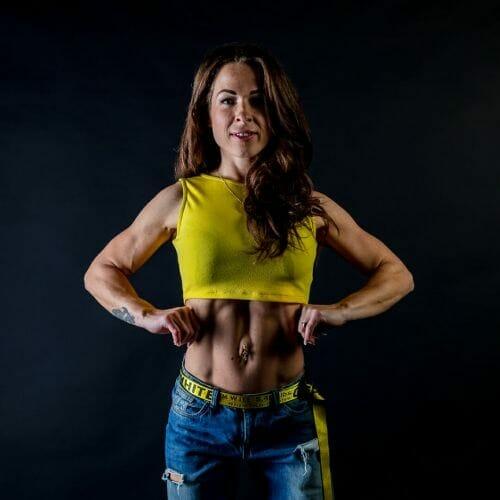 Flexende fitness vrouw gemaakt door de beste fotograaf uit Den Bosch ('s-Hertogenbosch) en omgeving