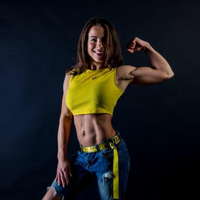 Biceps jonge fitness vrouw gemaakt door de beste fotograaf uit Den Bosch ('s-Hertogenbosch) en omgeving