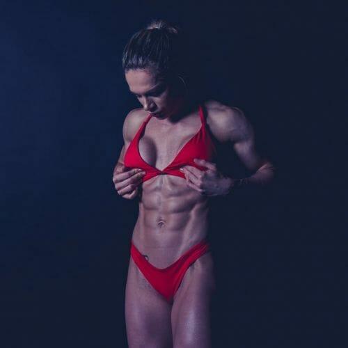 fitness model Evelien van Pelt in rode bikini an Dennis Khalil professioneel fotograaf uit Den Bosch ('s-Hertogenbosch) en omgeving