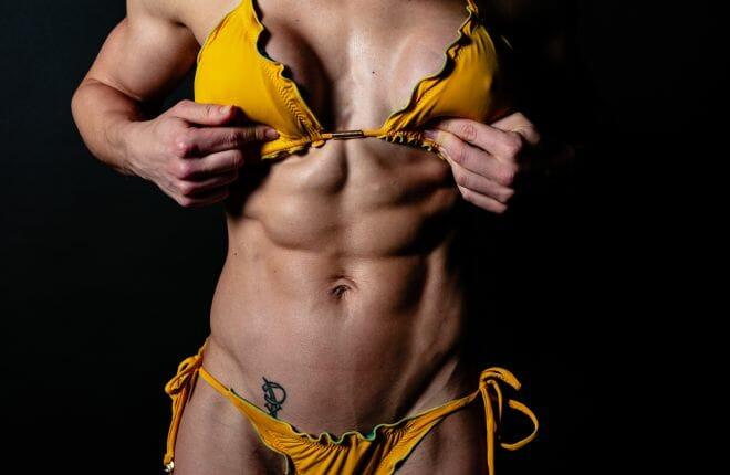 Fitness model Evelien van Pelt gele bikini close-up gemaakt door Dennis Khalil professioneel fotograaf uit Den Bosch ('s-Hertogenbosch) en omgeving