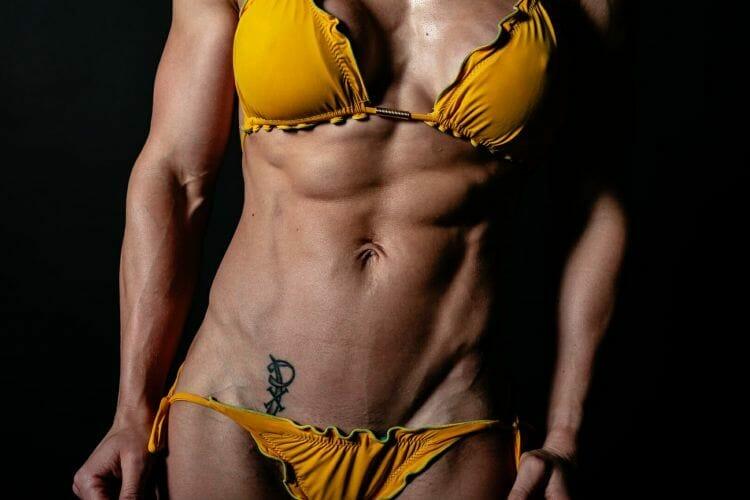 fitness model Evelien van Pelt gele bikini close-up gemaakt door Dennis Khalil de beste fotograaf uit Den Bosch ('s-Hertogenbosch) en omgeving