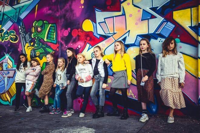 Meiden bij een graffiti muur gemaakt door Dennis Khalil professioneel fotograaf uit Den Bosch ('s-Hertogenbosch) en omgeving