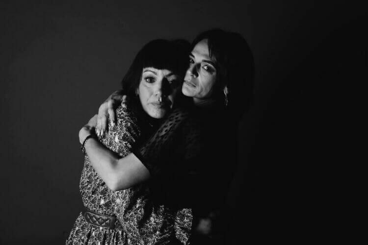 2 vrouwen in een innige omhelzing van Dennis Khalil professioneel fotograaf uit Den Bosch ('s-Hertogenbosch) en omgeving