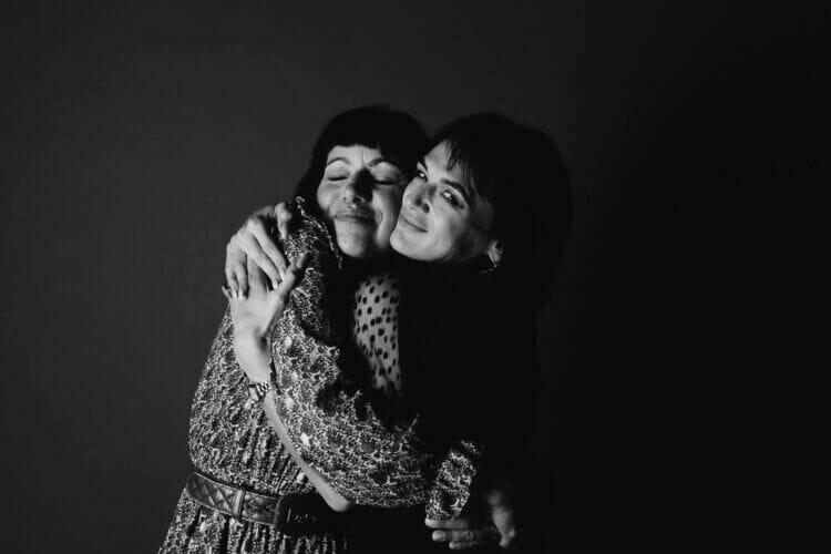 2 vrouwen genietend van elkaar gemaakt door fotograaf Den Bosch