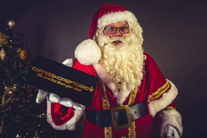 Kerstman die de coffeshopgiftcard aanbied, van Dennis Khalil professioneel fotograaf uit Den Bosch ('s-Hertogenbosch) en omgeving
